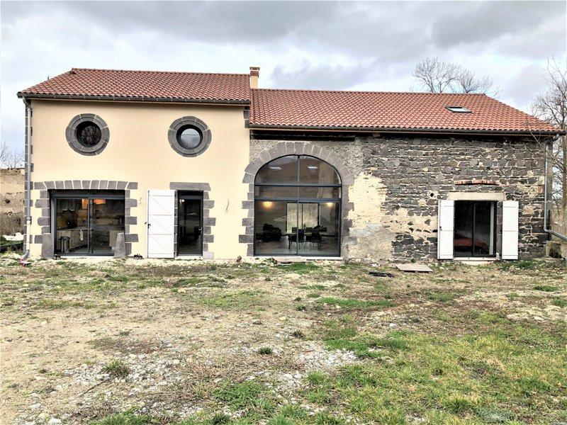 Maison neuve Saint-denis-combarnazat - Belle Propriété Comprenant Un Corps De Ferme Entièrement Rénové Avec Des Dépendances